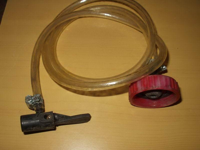 Покупаем устройство для прокачки тормозной системы.  Либо изготавливаем сами из подходящих материалов.